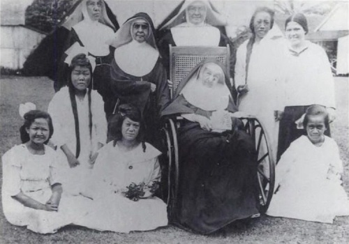 mother_marianne_cope_with_sisters_and_patients,_1918